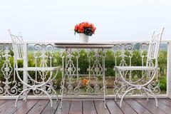 Witte stoel en lijst met bloem Royalty-vrije Stock Fotografie