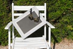 Witte stoel met een lege ruimte voor het schrijven Stock Afbeeldingen