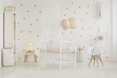 Witte stoel met hoofdkussen royalty-vrije stock afbeeldingen