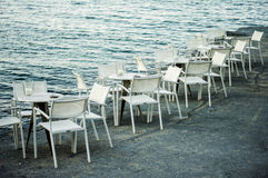 Witte stoelen en lijsten Royalty-vrije Stock Foto's