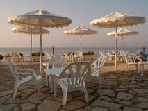 Witte stoelen en paraplu's op een hotelterras Royalty-vrije Stock Foto