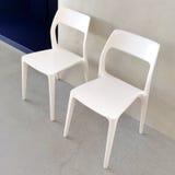 Witte stoelen met modern ontwerp Stock Fotografie