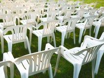Witte stoelen op groen gras royalty-vrije stock afbeelding
