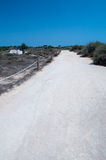 Witte stoffige weg en blauwe hemel stock fotografie