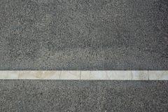 Witte strook van wegnoteringen op een nieuwe weg, close-upfoto Royalty-vrije Stock Foto's
