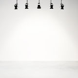 Witte studioachtergrond met schijnwerpers Royalty-vrije Stock Afbeeldingen