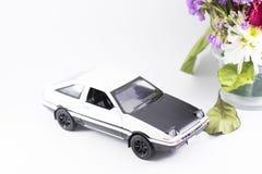 Witte stuk speelgoed auto op een witte achtergrond stock afbeeldingen