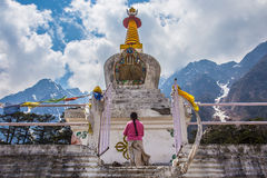 Witte stupa bij Yumthang-Vallei in Lachung Sikkim, India. stock afbeelding