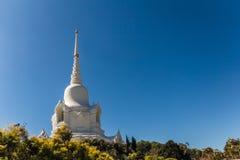 Witte stupa op heuvel Stock Afbeeldingen