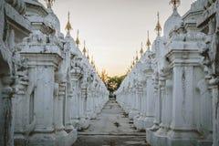 Witte stupas bij Kuthodaw-Pagode in Mandalay, Myanmar Royalty-vrije Stock Fotografie