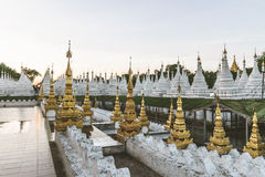 Witte stupas bij Kuthodaw-Pagode in Mandalay, Myanmar Stock Afbeeldingen