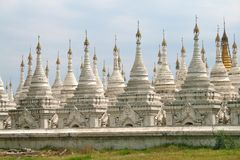Witte stupas in tempel Kuthodaw in Mandalay Royalty-vrije Stock Foto
