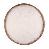 Witte suiker in een houten kom op een wit Stock Afbeeldingen