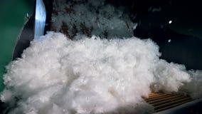 Witte synthetische stof die in een machine bij een fabriek roteren stock footage