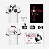 Witte T-shirt met emblemen en fotocamera's reeks Ontwerp van het gebruik van emblemen voor het verfraaien van mensen` s T-shirts  Stock Afbeeldingen