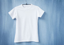 Witte t-shirt op hanger royalty-vrije stock fotografie