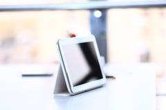 Witte tablet met het leeg scherm royalty-vrije stock afbeeldingen