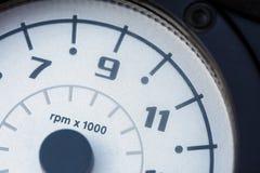 Witte tachometervertoning met zwarte aantallen van 7 tot 11 Close-up stock afbeelding