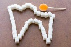 Witte tand met bederf van suikergoed op een stok royalty-vrije stock fotografie