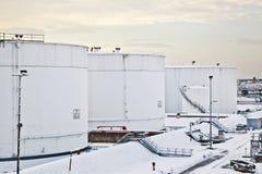 Witte tanks in tanklandbouwbedrijf met sneeuw in de winter royalty-vrije stock fotografie