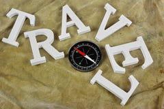 Witte Tekenreis en Magnetisch Kompas op Doorstane Rugzakbac Royalty-vrije Stock Afbeelding