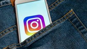 Witte telefoon met embleem van sociale media Instagram op het scherm Sociaal media pictogram