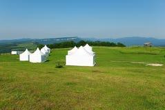 Witte tent op het groene gras Royalty-vrije Stock Fotografie