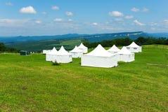 Witte tent op het groene gras in de bergen Stock Fotografie