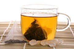 Witte thee, nylon theezakje en suiker Stock Foto's