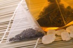 Witte thee, nylon theezakje en suiker Royalty-vrije Stock Foto