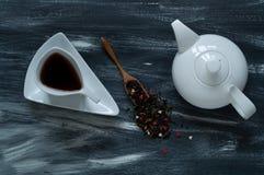 Witte theepot en driehoekige kop op een de winter houten blauw-witte natuurlijke lichte, hoogste mening als achtergrond Royalty-vrije Stock Afbeelding