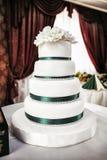 Witte tiered huwelijkscake Royalty-vrije Stock Afbeeldingen