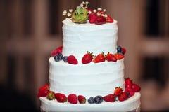 Witte 3 tiered Huwelijkscake met vruchten aardbei banket Royalty-vrije Stock Foto's