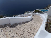 Witte Trap aan het Strand en Diepe Blauwe Overzees, Oia Dorp op Santorini-Eiland, Griekenland Stock Afbeelding