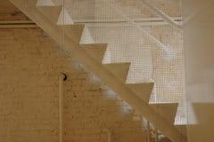 Witte trappen met een bakstenen muur stock foto