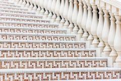 Witte treden met mozaïektegel met balusters Abstract architectuur binnenlands fragment Royalty-vrije Stock Fotografie