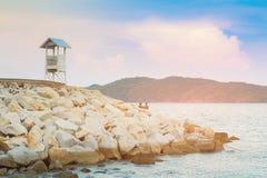 Witte tribune lettende op badmeester over overzeese kusthorizon stock afbeeldingen