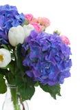 Witte tulpen, roze rozen en blauwe hortensiabloemen royalty-vrije stock afbeeldingen