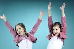Witte tweelingzusters die pret hebben stock foto's
