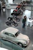 Witte uitstekende Audi-auto en motocycles stock foto's