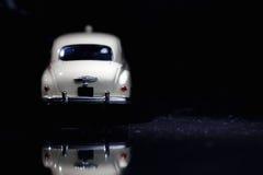 Witte uitstekende auto in vlek Stock Foto