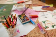 Witte uitstekende container van kleurrijke potloden royalty-vrije stock afbeeldingen
