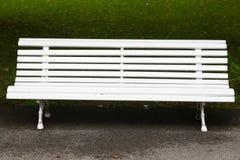 Witte uitstekende houten bank Stock Afbeelding