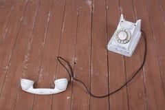 Witte uitstekende telefoon met verbeterd op bruine houten geweven stock foto's