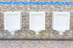 Witte urinoirs in de badkamers van mensen Stock Afbeeldingen