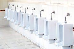 Witte urinoirs in de badkamers van mensen Royalty-vrije Stock Foto's