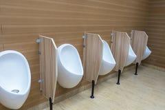 Witte urinoirs in mensen` s badkamers Royalty-vrije Stock Fotografie