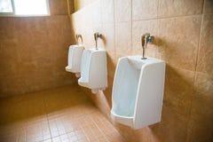 Witte urinoirs van het mensen` s toilet stock fotografie