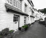 Witte Vakantieplattelandshuisjes in de Historische Havenstad van Polperro, Cornwall, het UK stock foto