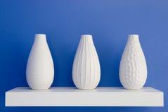Witte vazen op blauw stock foto